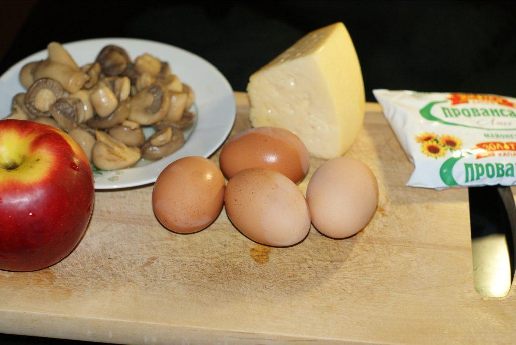 Фото рецепта - Салат из сыра, яиц и маринованных грибов с яблочком - шаг 1