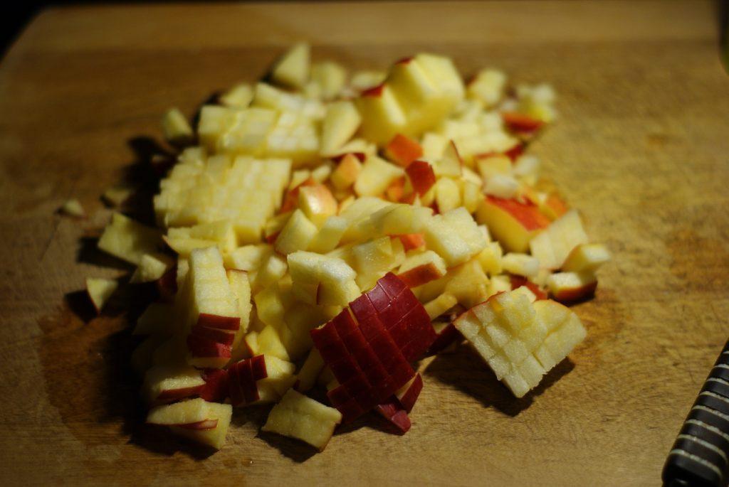 Фото рецепта - Салат из сыра, яиц и маринованных грибов с яблочком - шаг 3