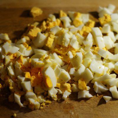 Фото рецепта - Салат из сыра, яиц и маринованных грибов с яблочком - шаг 2