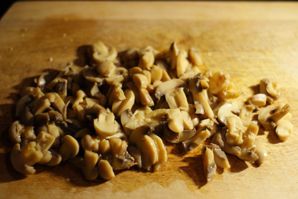 Фото рецепта - Салат из сыра, яиц и маринованных грибов с яблочком - шаг 5