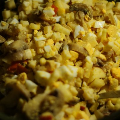 Фото рецепта - Салат из сыра, яиц и маринованных грибов с яблочком - шаг 6