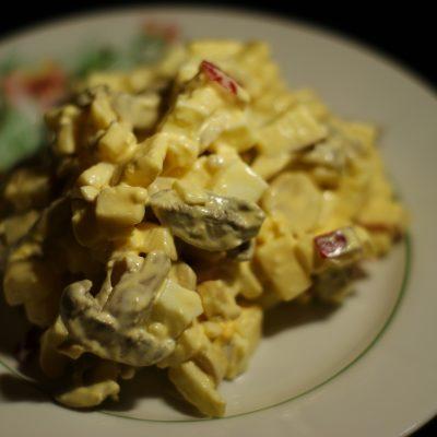 Фото рецепта - Салат из сыра, яиц и маринованных грибов с яблочком - шаг 7
