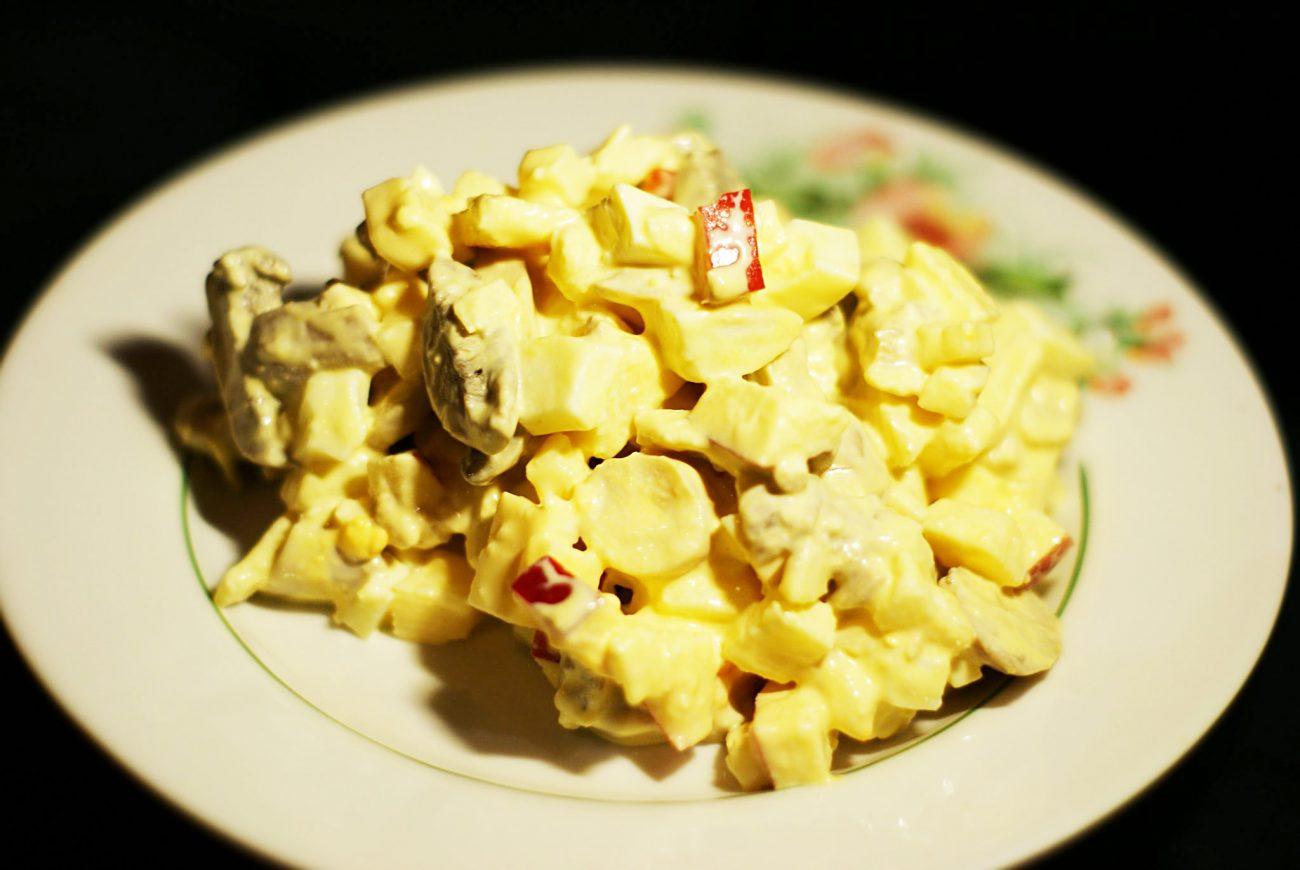 Салат из сыра, яиц и маринованных грибов с яблочком