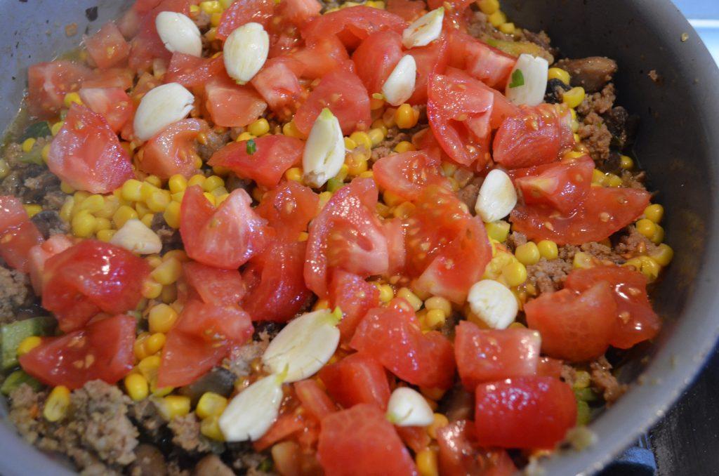 Фото рецепта - Рагу из кабачков, томатов с фаршем и грибами - шаг 5