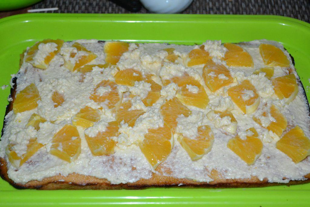 Фото рецепта - Бисквитный торт с творогом и апельсином - шаг 9