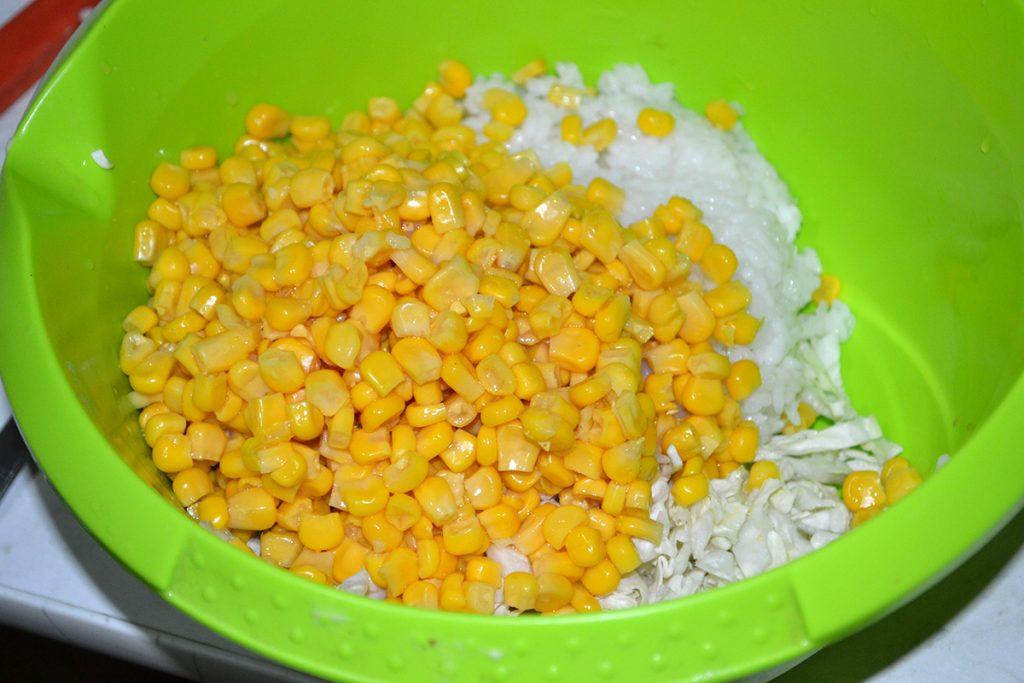 Фото рецепта - Салат с крабовыми палочками, кукурузой и пекинской капустой - шаг 4