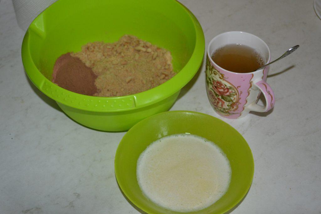 """Фото рецепта - Торт """"Баунти"""" на печенье с творогом - шаг 2"""