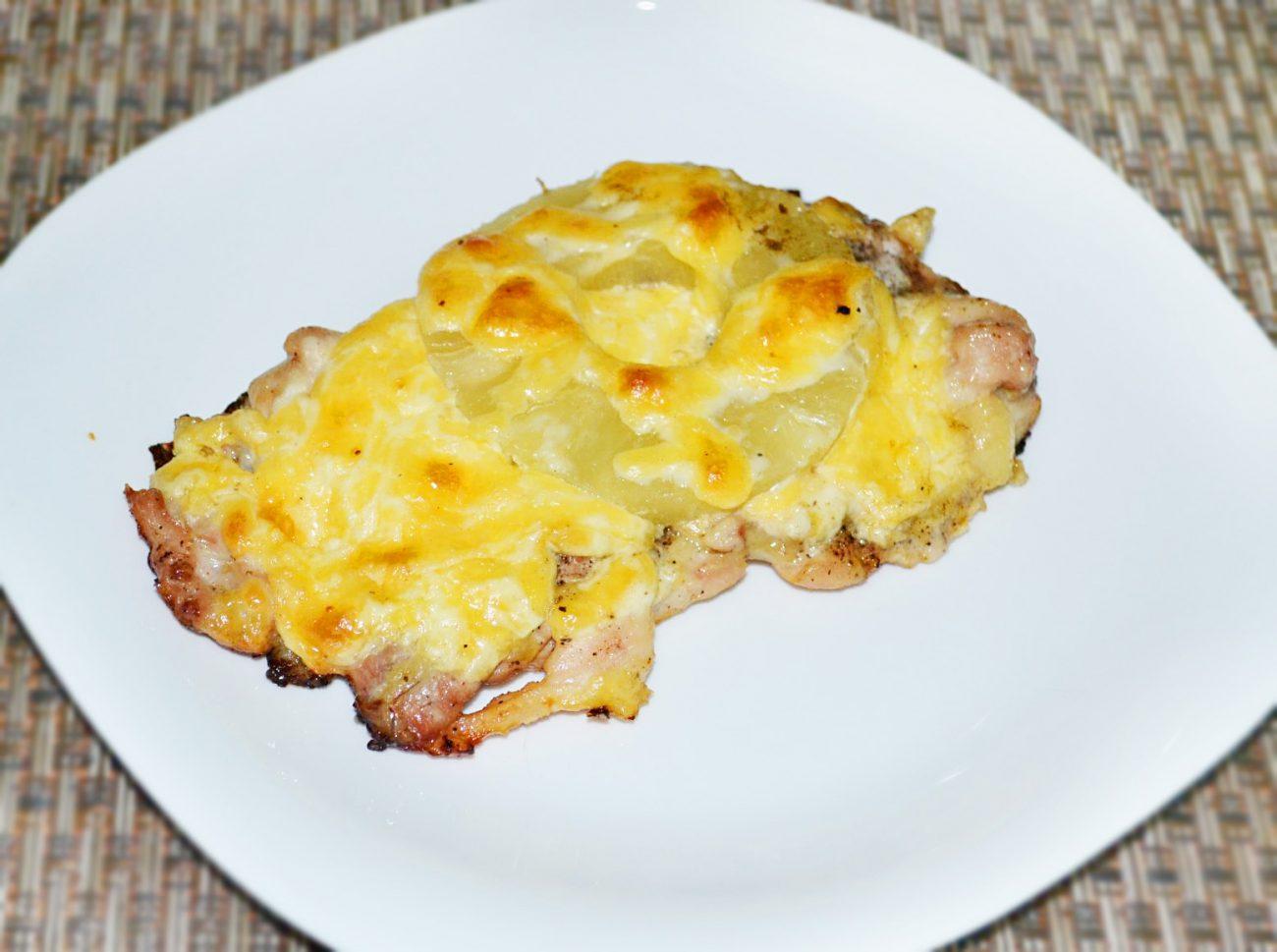 Запеченное куриное мясо с ананасами и сыром