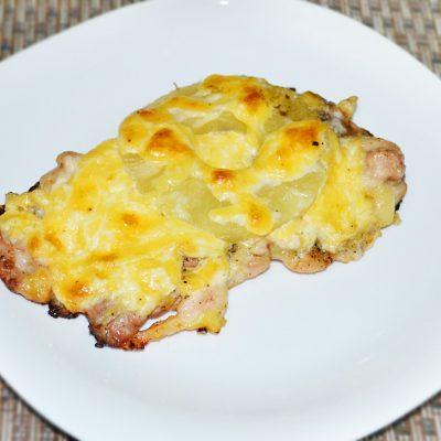 Запеченное куриное мясо с ананасами и сыром - рецепт с фото