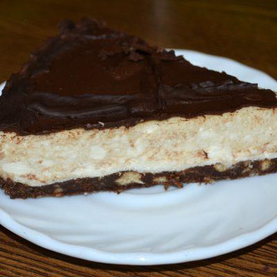 """Фото рецепта - Торт """"Баунти"""" на печенье с творогом - шаг 8"""