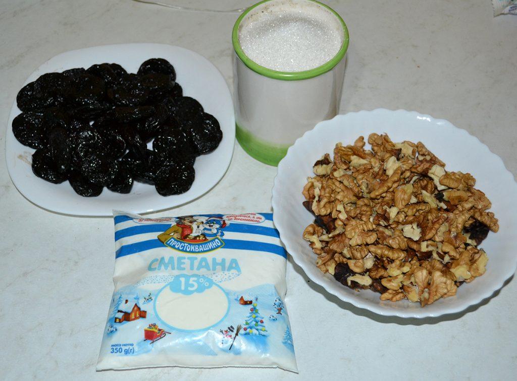 "Фото рецепта - Салат-десерт ""Чернослив с орехами в сметане"" - шаг 1"