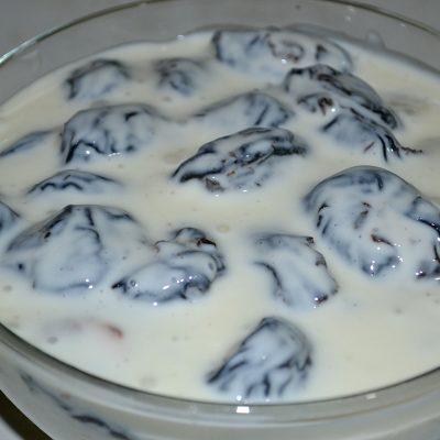 "Фото рецепта - Салат-десерт ""Чернослив с орехами в сметане"" - шаг 6"