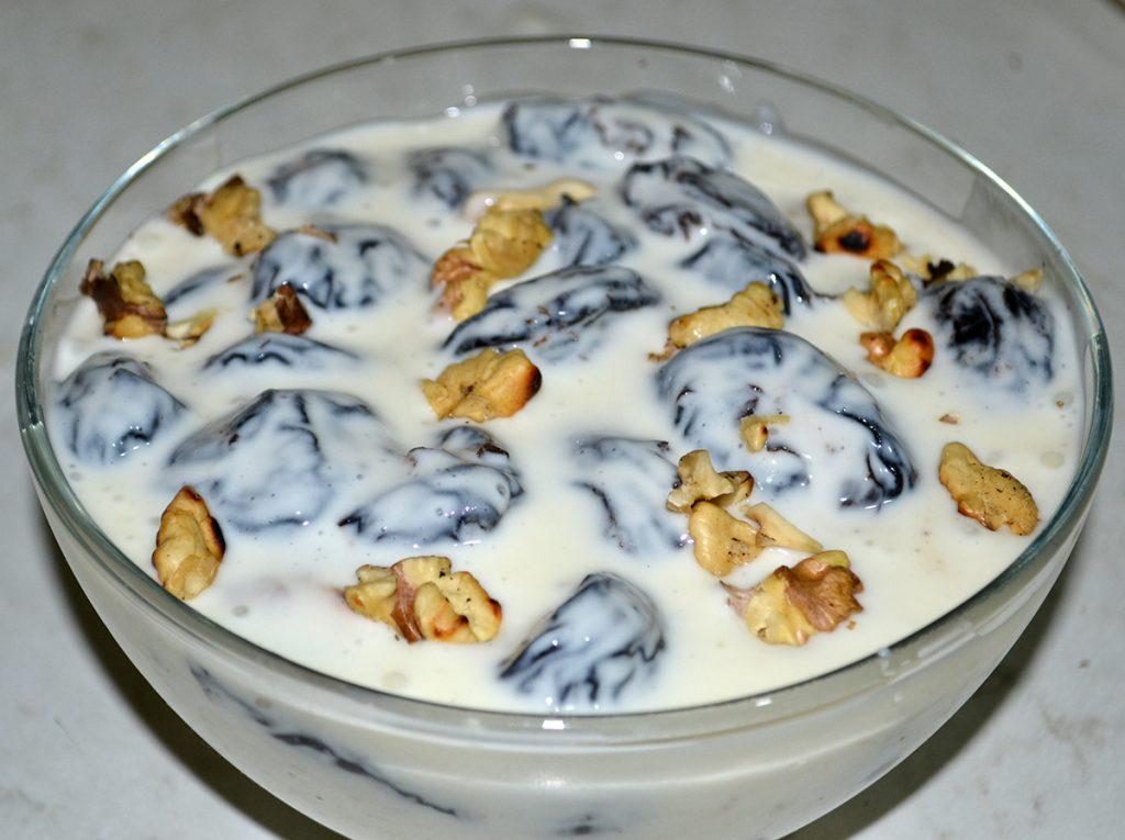 "Фото рецепта - Салат-десерт ""Чернослив с орехами в сметане"" - шаг 7"