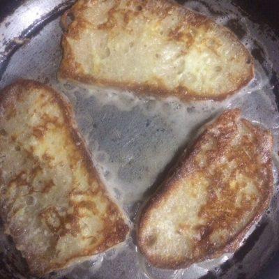 Фото рецепта - Домашние гренки с яйцом – вкусный завтрак - шаг 4