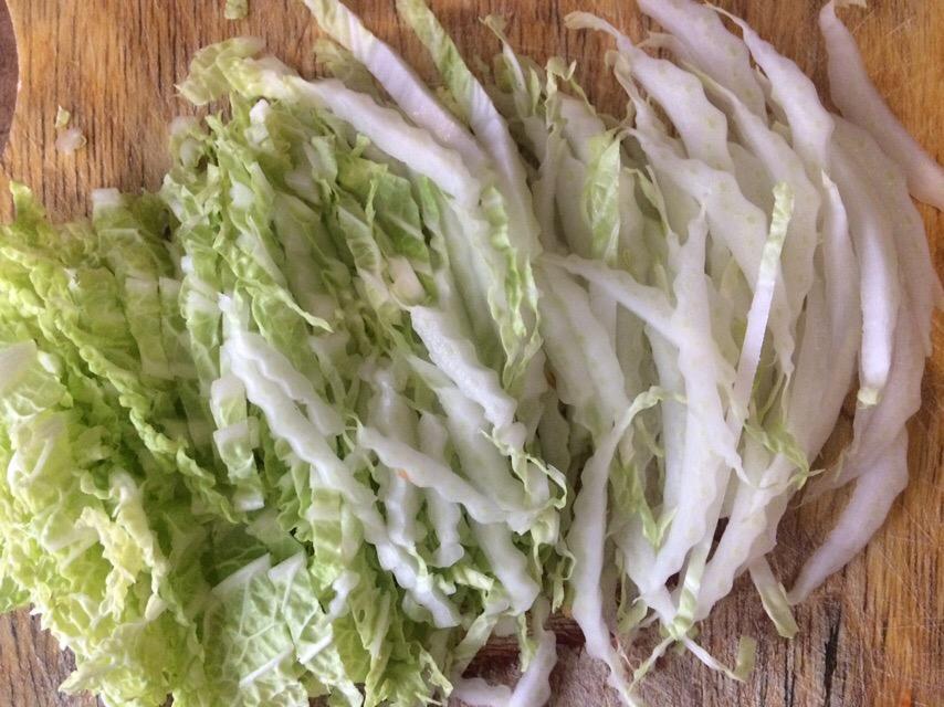 Фото рецепта - Салат с курицей по-азиатски с морковью и капустой - шаг 3