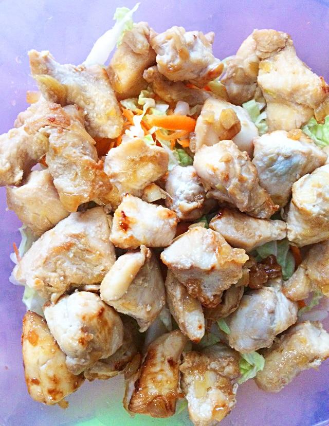 Салат с курицей по-азиатски с морковью и капустой
