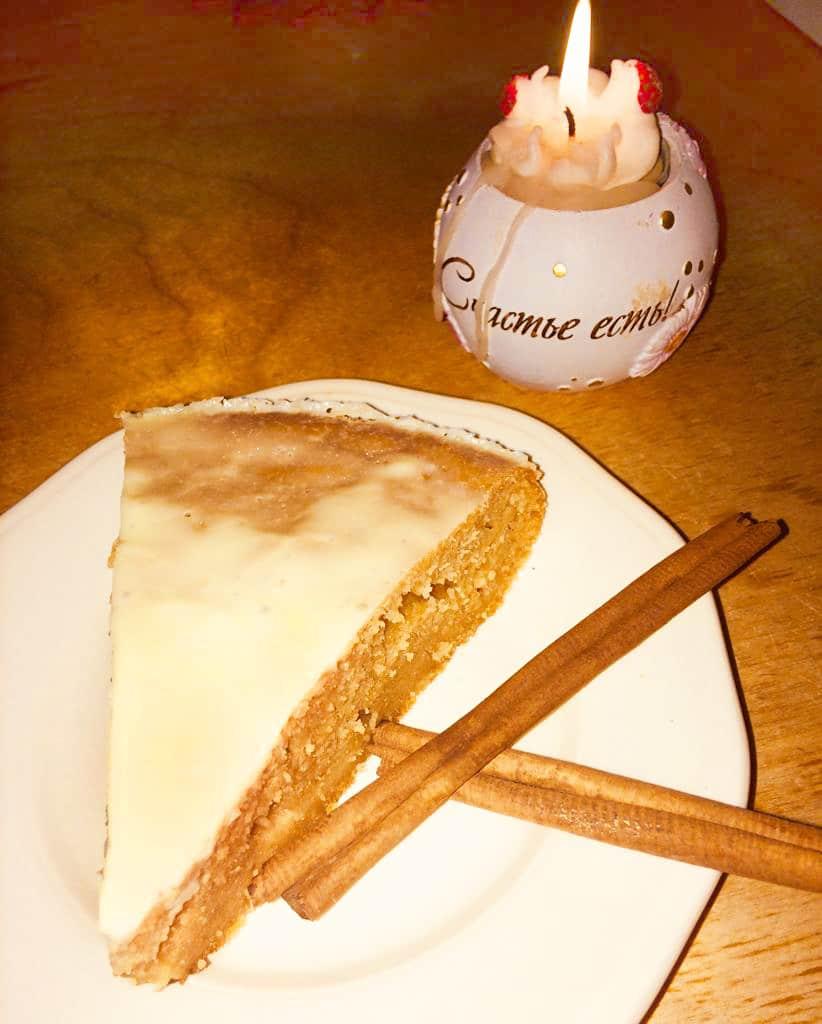 Пряничный пирог со сметанной глазурью