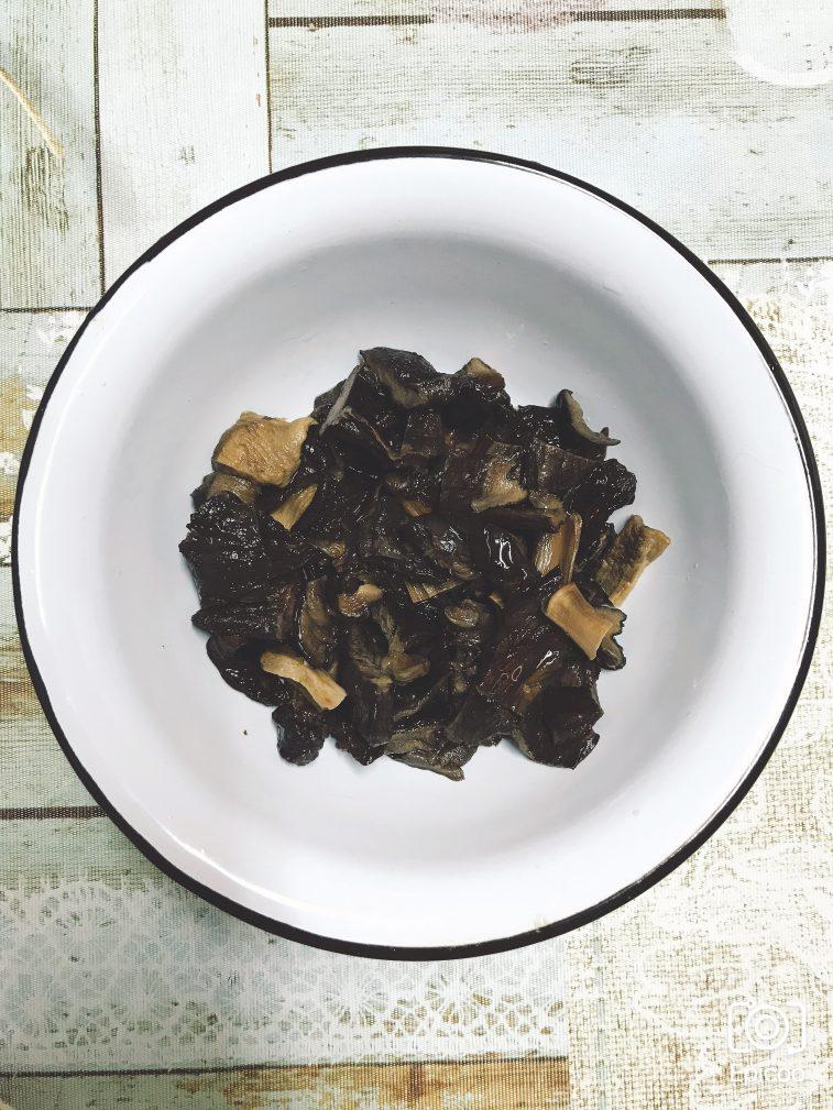 Фото рецепта - Суп из сушеных грибов с картофлем - шаг 1