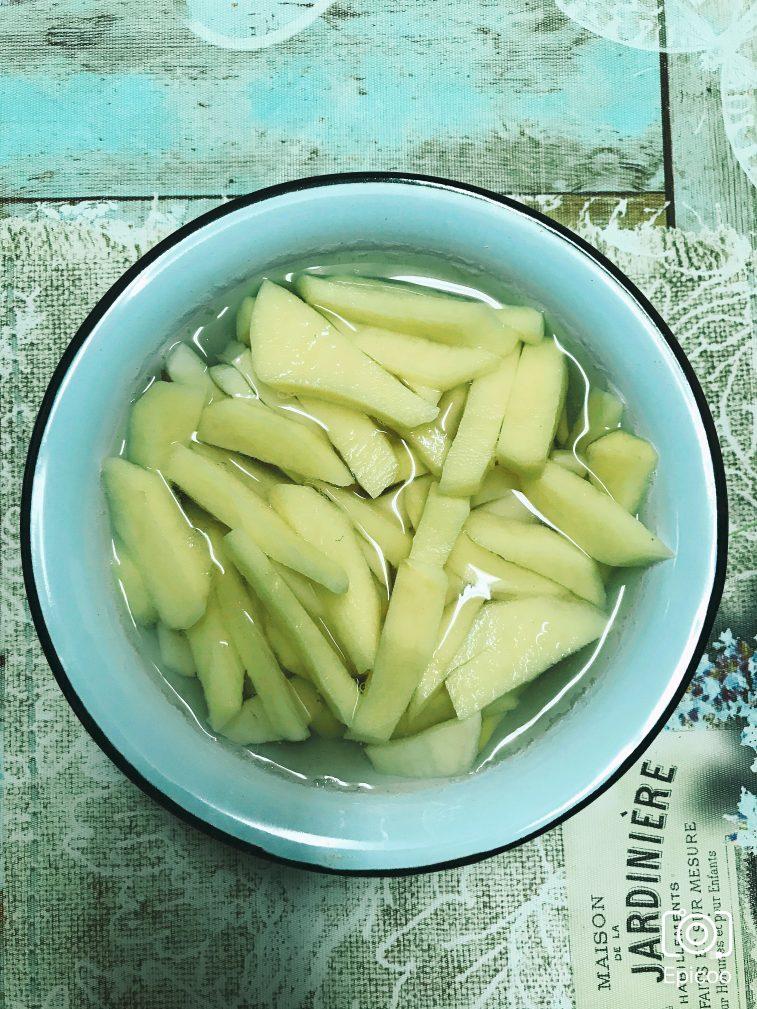 Фото рецепта - Суп из сушеных грибов с картофлем - шаг 2