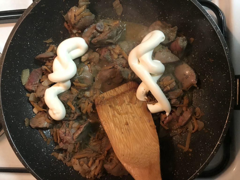 Фото рецепта - Куриная печень, тушеная в майонезе - шаг 4