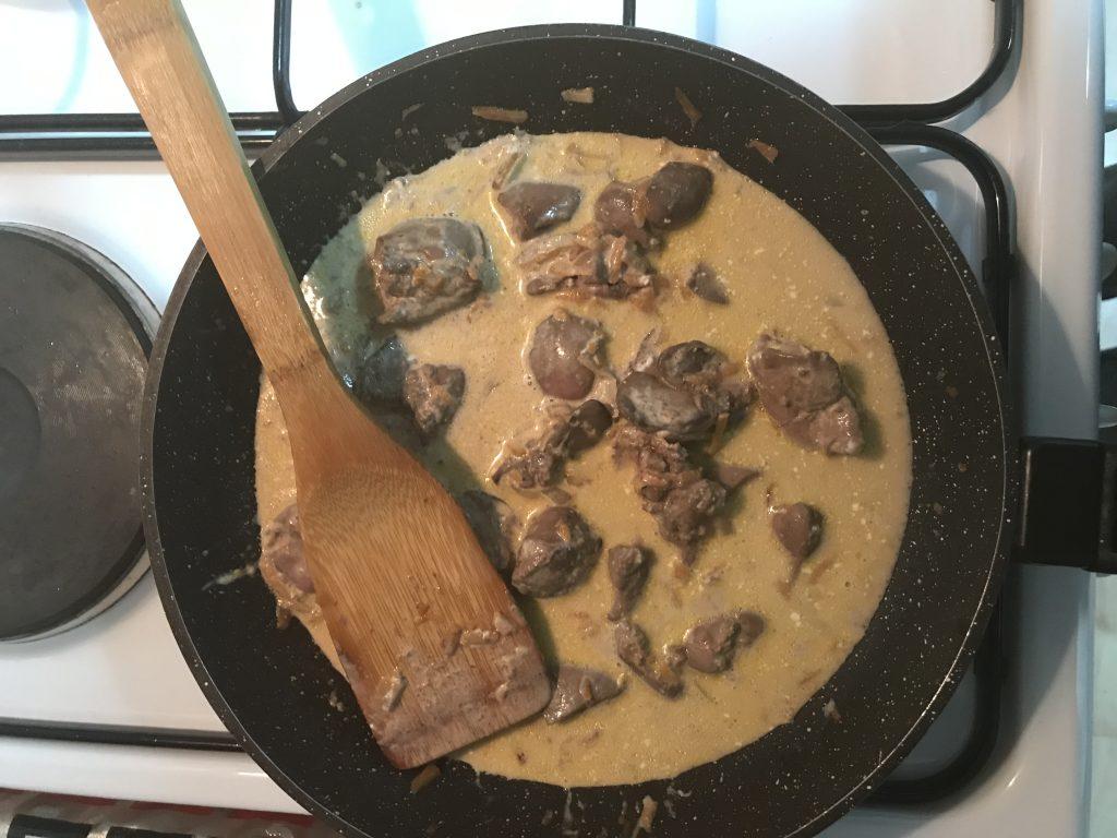 Фото рецепта - Куриная печень, тушеная в майонезе - шаг 5