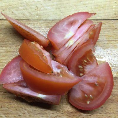 """Фото рецепта - Салат из помидоров и жареных кабачков """"Зимняя роза"""" - шаг 2"""
