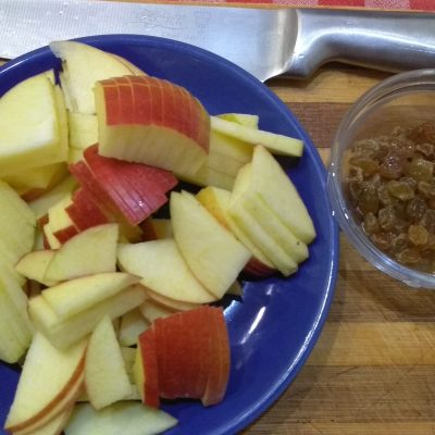 Фото рецепта - Шарлотка с яблоками и изюмом - шаг 2