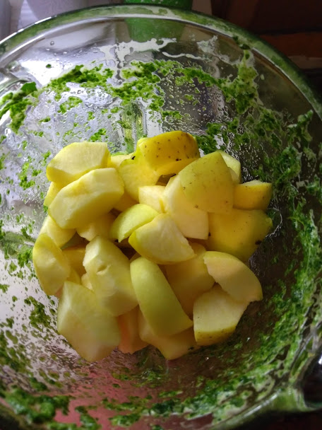 Фото рецепта - Зелёный коктейль из сельдерея и фруктов - шаг 3