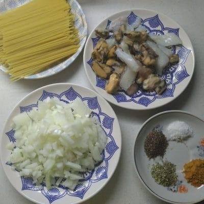 Фото рецепта - Спагетти с морепродуктами - шаг 1