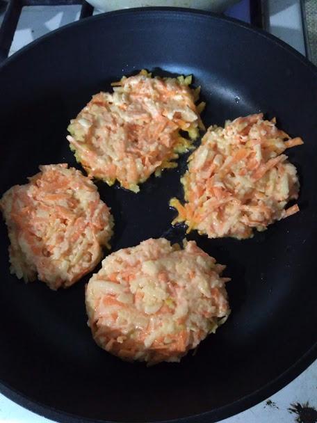 Фото рецепта - Оладьи морковно-яблочные - шаг 3