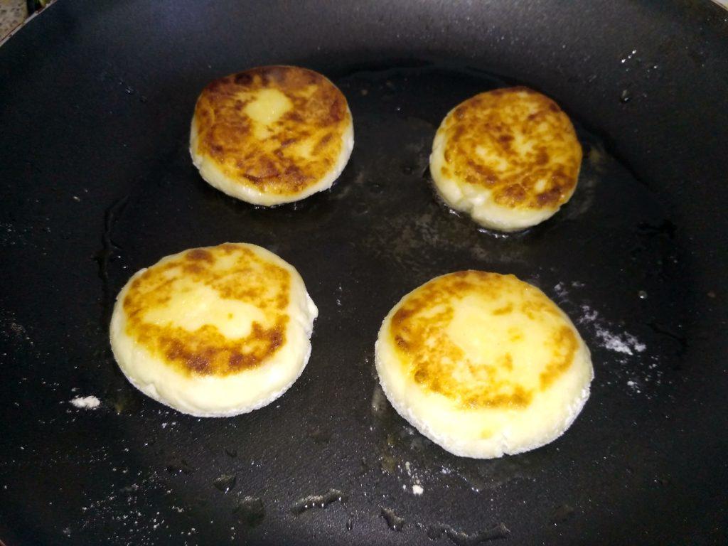 Фото рецепта - Творожные сырники на скорую руку - шаг 7