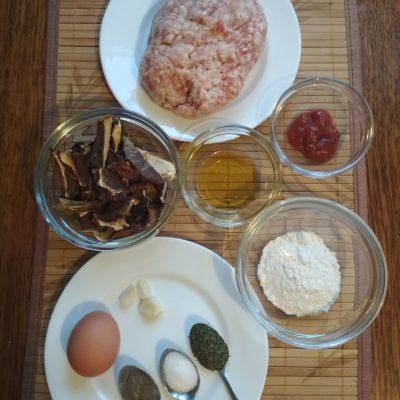 Фото рецепта - Котлеты из свиного фарша с грибным соусом - шаг 1