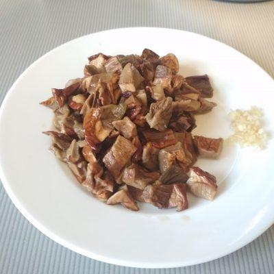 Фото рецепта - Котлеты из свиного фарша с грибным соусом - шаг 2
