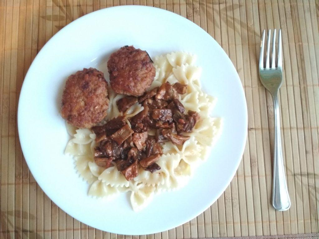 Фото рецепта - Котлеты из свиного фарша с грибным соусом - шаг 3
