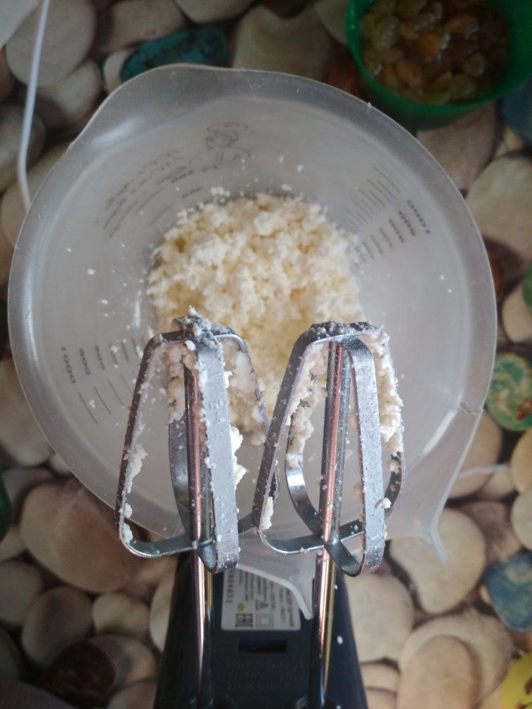 Фото рецепта - Творожная запеканка с ароматным изюмом - шаг 2