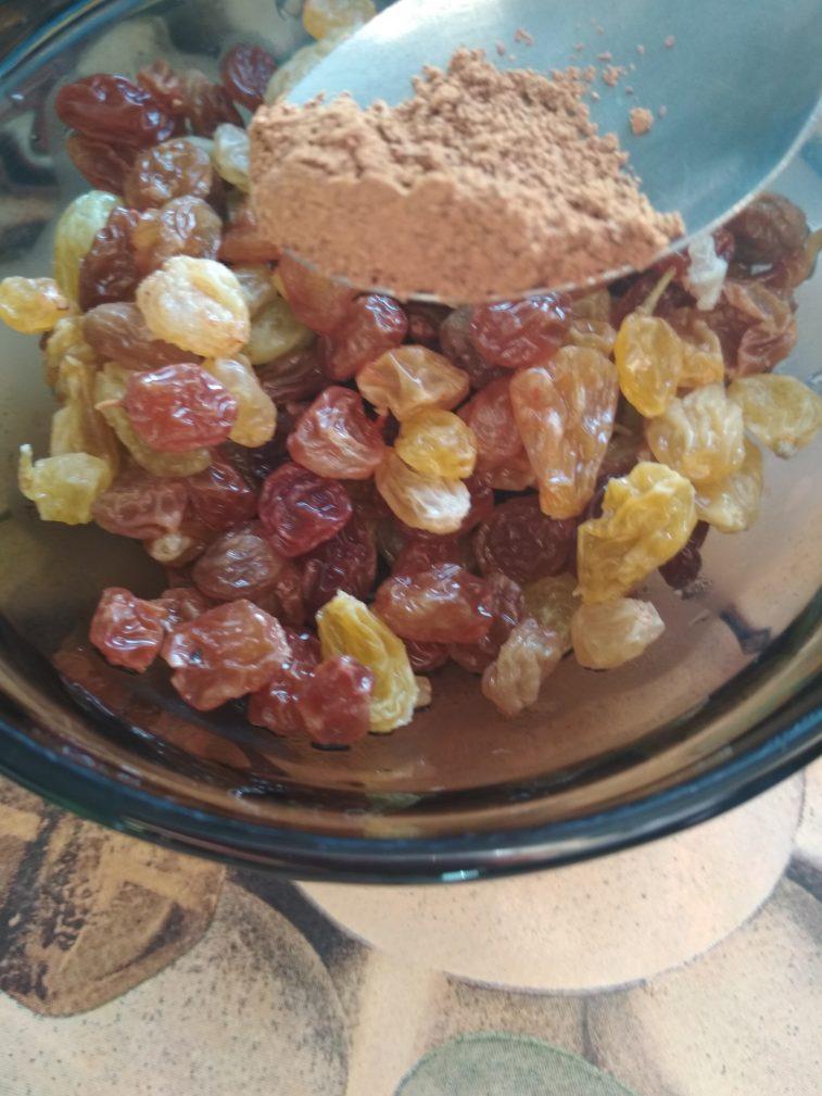 Фото рецепта - Творожная запеканка с ароматным изюмом - шаг 1