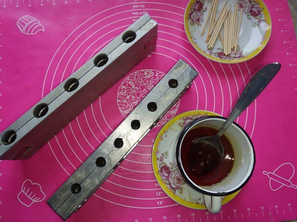 Фото рецепта - Как сделать конфеты-леденцы на палочке - шаг 2