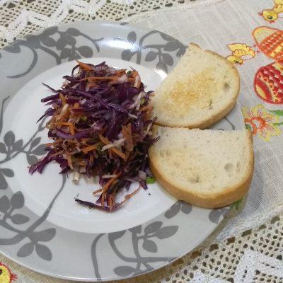 Фото рецепта - Витаминный салат из капусты и корня сельдерея с гренками - шаг 4