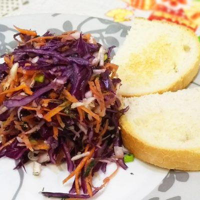 Витаминный салат из капусты и корня сельдерея с гренками - рецепт с фото