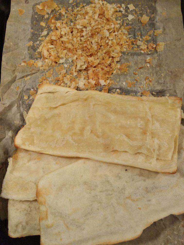Фото рецепта - Слоеный пирог с сардиной и яйцами - шаг 2