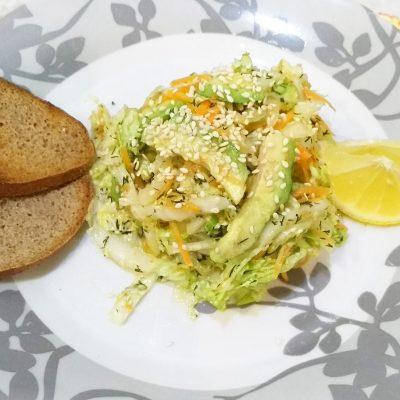 Витаминный салат из пекинской капусты и авокадо - рецепт с фото