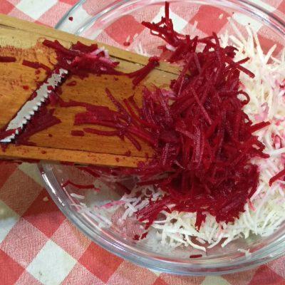 Фото рецепта - Легкий свекольный салат с сельдереем за 15 минут - шаг 2