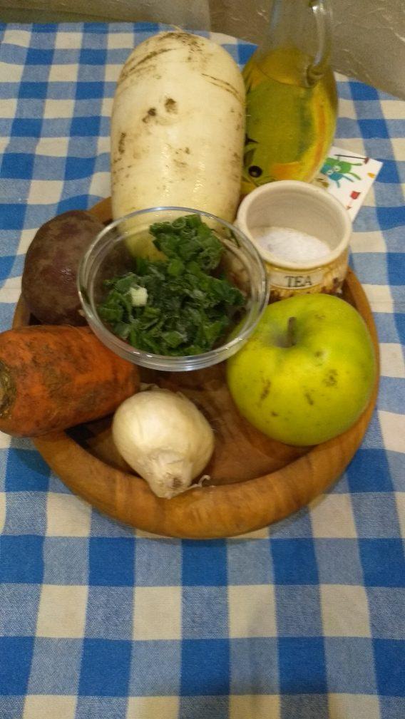 Фото рецепта - Пикантный салат из редьки и зеленого яблока - шаг 1