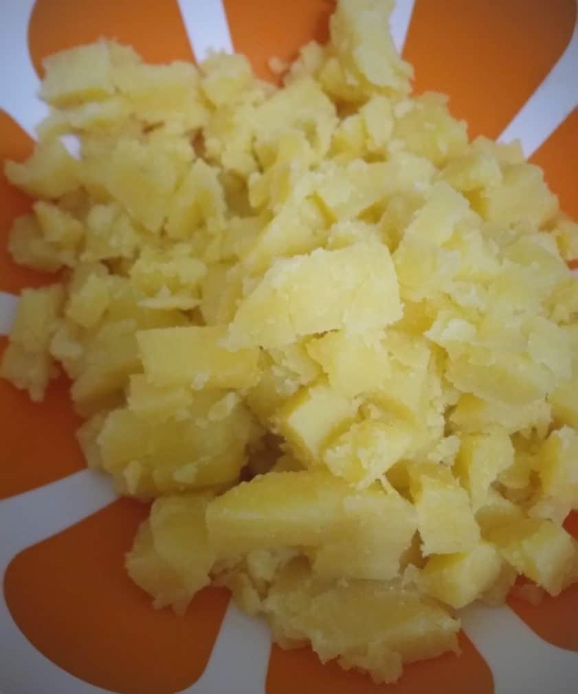 """Фото рецепта - Картофельный салат с кукурузой и крабами """"Жёлтая поляна"""" - шаг 1"""