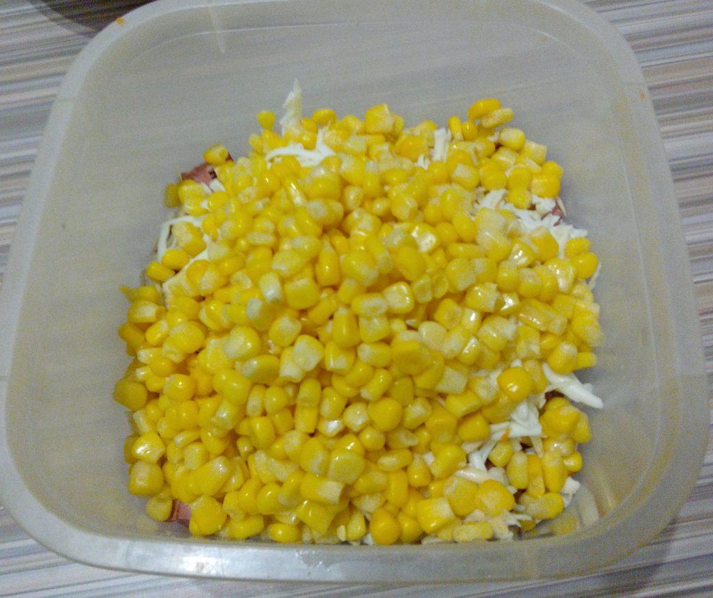 Фото рецепта - Сырный салат с колбаской и кукурузой - шаг 3