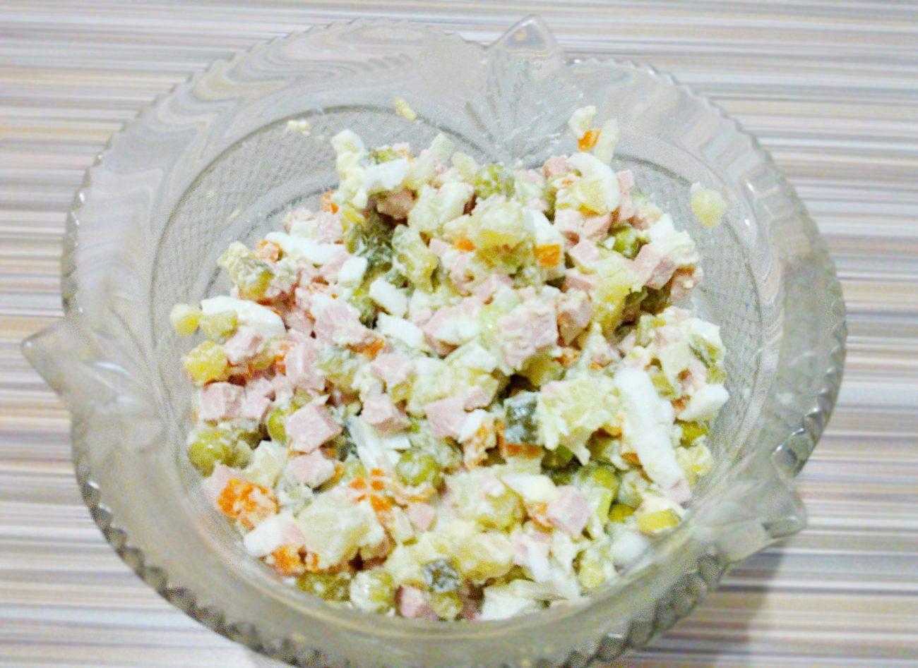"""Рецепт салата """"Оливье"""" с колбасой и огурцами"""