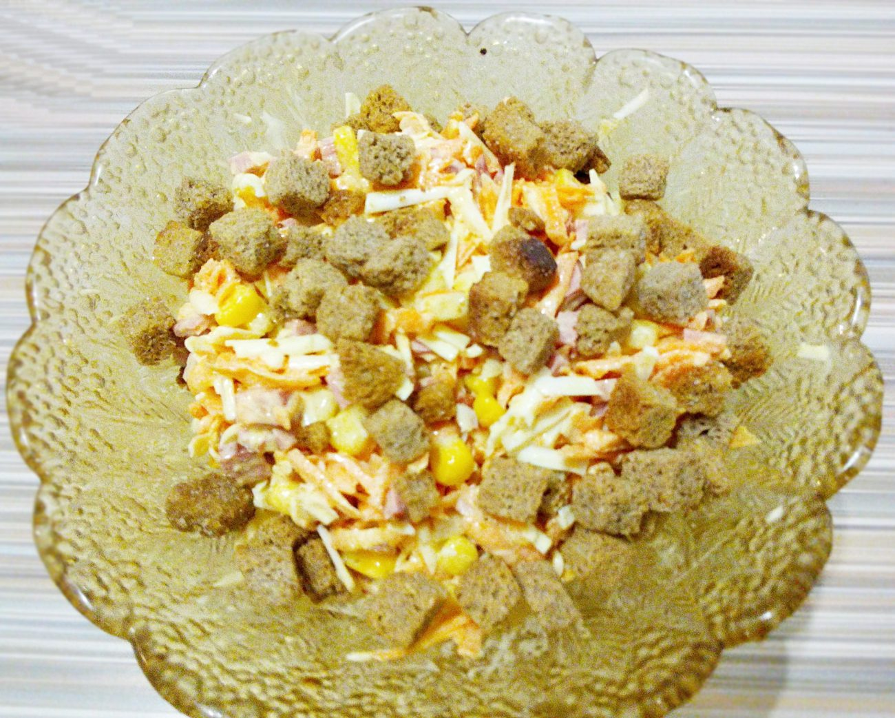 Сырный салат с колбаской и кукурузой