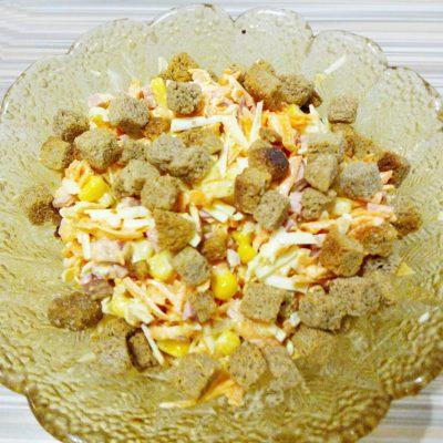 Сырный салат с колбаской и кукурузой - рецепт с фото