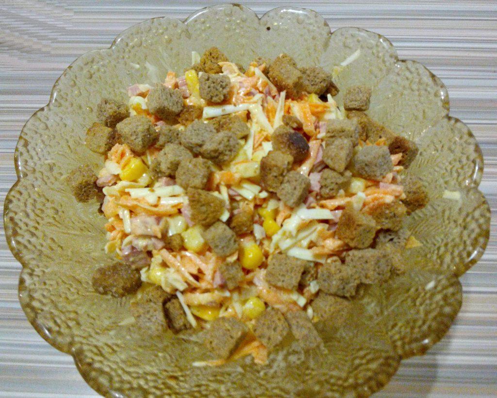 Фото рецепта - Сырный салат с колбаской и кукурузой - шаг 5