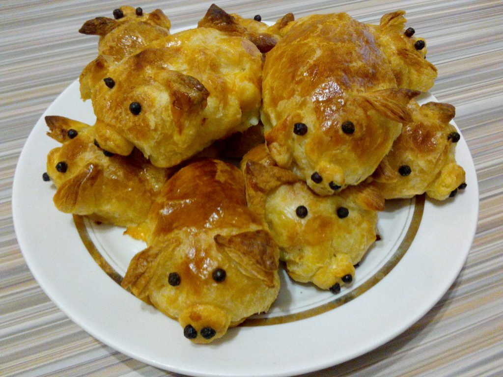 "Фото рецепта - Пирожки из слоеного теста ""Свинки"" - шаг 4"